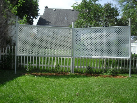photo of finished trellis with plants and paint